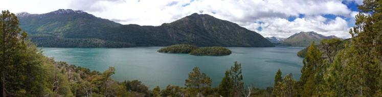 Panorâmica do belo Lago Mascardi, mirante disputado para fotos.