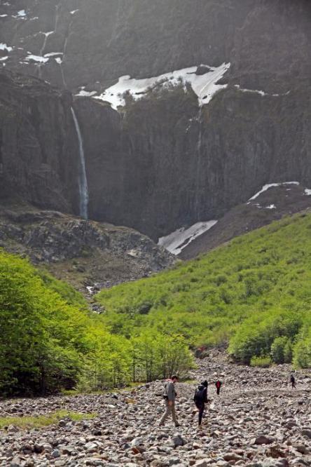 Apesar da proibição, muitas pessoas se aproximam demais da base do Cerro, sem acompanhamento de guias.